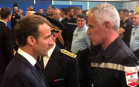Emmanuel Macron à la rencontre des sapeurs-pompiers mobilisés pour les inondations dans l'Aude