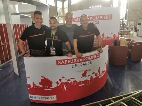 Grégory Allione en visite sur le stand Sapeurs-pompiers de France