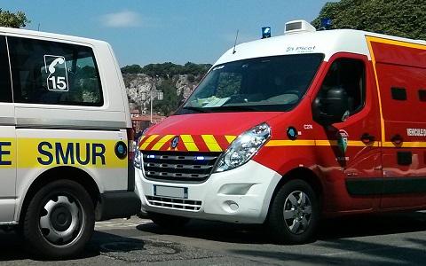SMUR du SAMU et VSAV des sapeurs-pompiers côte à côte sur le terrain